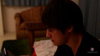 Русская шлюха-домохозяйка с торчащими сосками дрюкается с молодым человеком возле стремянки