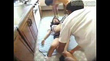 Молодая брюнетка в желтой майке дала подруге соснуть шмоньку
