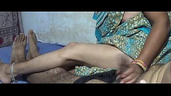Красивая девчоночка в нейлоновых чулках позирует и показывает сладкие мохнатки