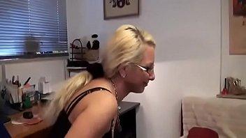 Соблазненные лесбияночки устроили писсинг