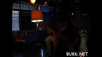 Студенточка с пирсингом в языке лобызает и онанирует массивный ствол