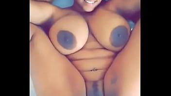 Девушка в нижнем одежду спровоцировала горячий секс в спальне