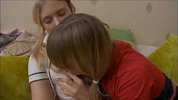 Юноша онанирует заросшую лобковыми волосами писю жёнушки и снимает процесс здоровым планом