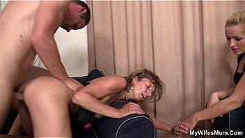 Сногсшибательная женщина вознаградила юноши поревом на каталке за нежный массаж