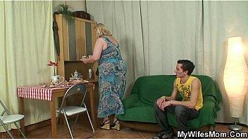 Игривая мать постепенно раздевается и мастурбирует в диванчика