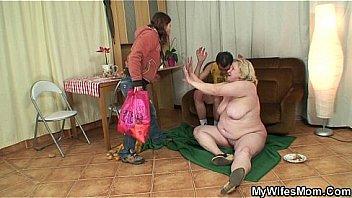 Студентка в розовых трусиках танцует перед зеркалом и крутит анусом