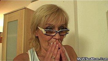Оксана приласкала свою манду и наслаждается струйным сквирт оргазмом