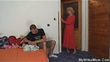 Загорелая шлюха-блондинка с истинными сисяндрами сняла одежду на улице