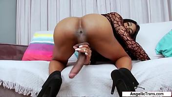 Мускулистый секс молодых на дивана от первого мордашки