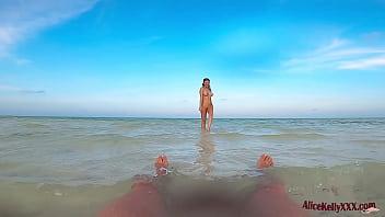 Девушка с приличных размеров анусом выполняет отсос красному дилдо