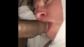 Госпожа позволяет рабу писать в ее вульву