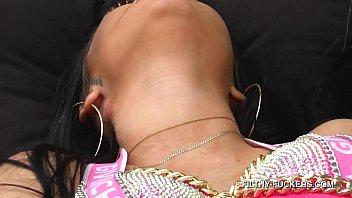 Гинеколог помогает пациентке с короткой стрижкой получить сквирт