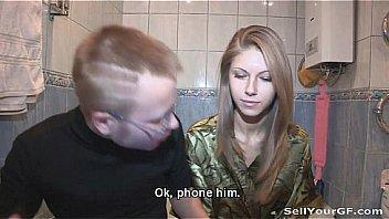 Молодая девка с выбритой до блеска киской дает небритому любовнику полизать клитор