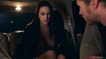 Красотка с крупными грудями в черном как смоль боди показывает фигуру
