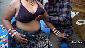 Мужчина сует анальные шарики в жопу подруги и имеет ее