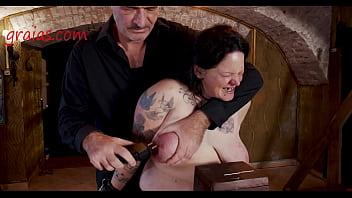 Страстная нина стонет во время бондажа от огромного струйного оргазма
