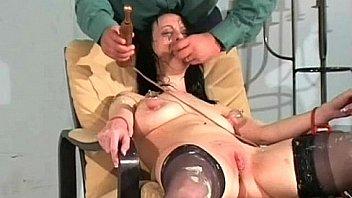 Молодая девушка в нейлоновых чулочках посидела на мордочке юноши и вскоре после куни потрахалась в мокрощелку