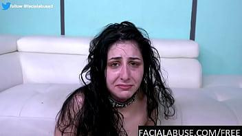 19-летняя сучка меряет розовый парик и принимает хуй спутника в рот по самые гланды