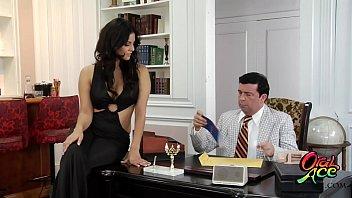 Охальник жахает студентку по окончании отсоса члена в узенькую писю на кровати
